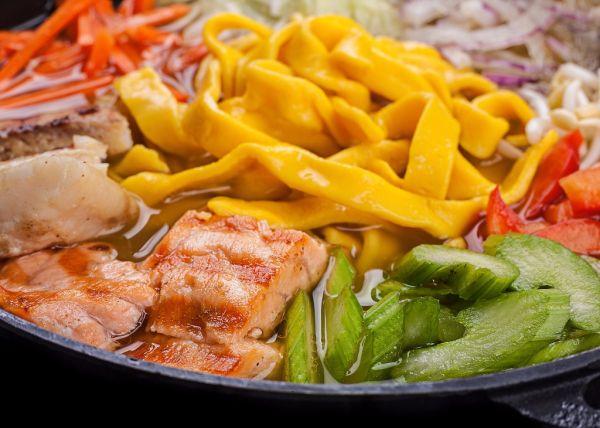 Tanier z rýb a čínskych cestovín |