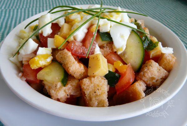Zeleninový šalát s chlebovými krutónmi |