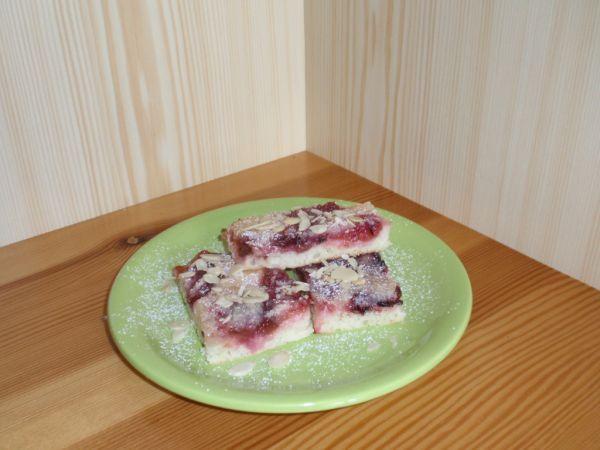 Kysnutý koláč so slivkami a rebarborou |
