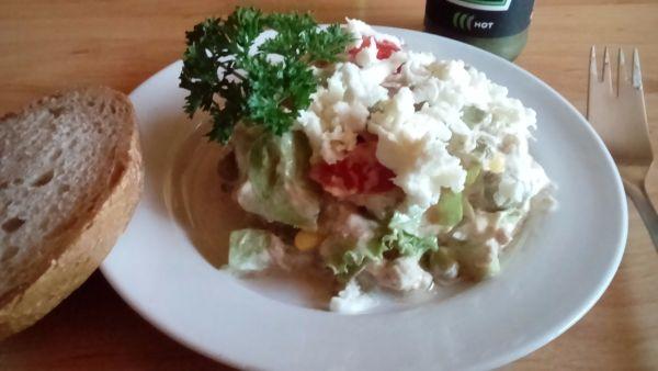 Tuniakový šalát so zeleninou, hráškom a syrom ...
