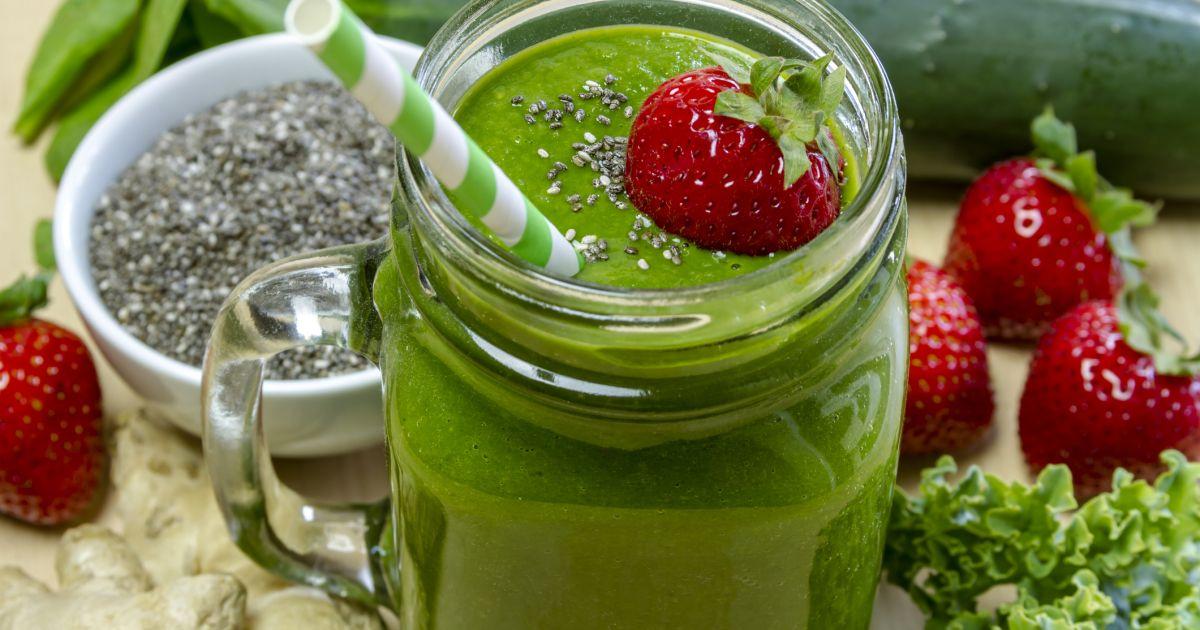 Zdravý zelený smoothie so špenátom, banánom a jahodami ...