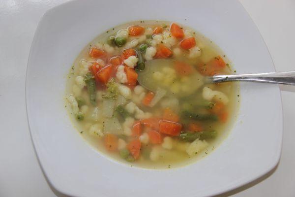 Zeleninová polievka s krupicovými haluškami |