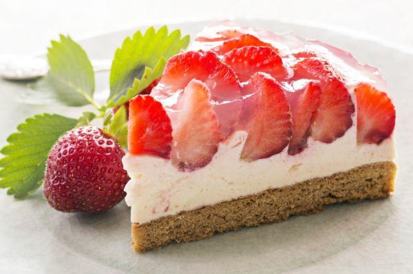 Torta s tvarohovou plnkou a jahodami |