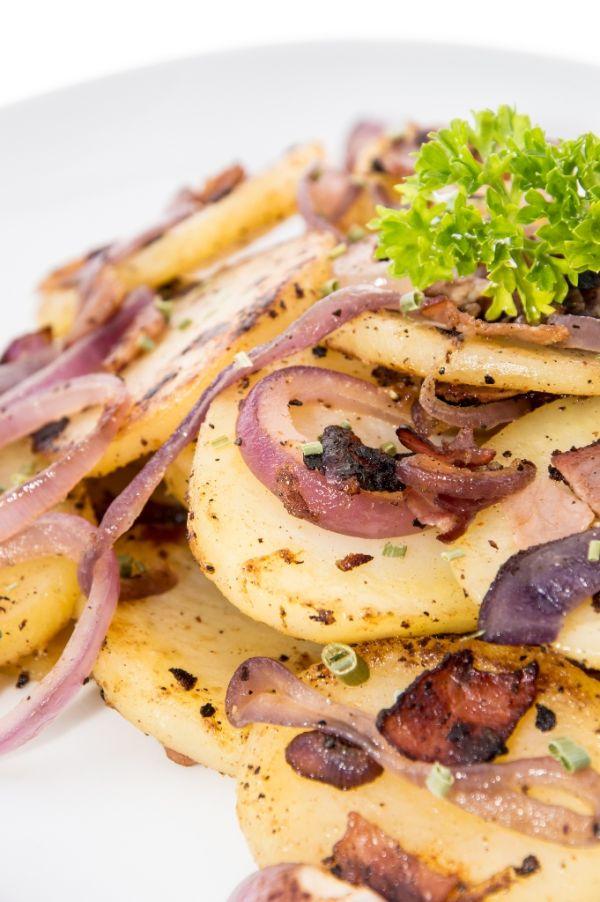 Opečené zemiaky so slaninou a cibuľou |