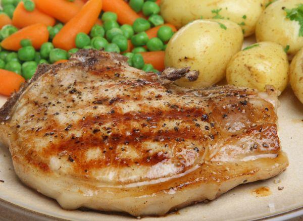 Bravčové mäso s hráškom a mrkvou |
