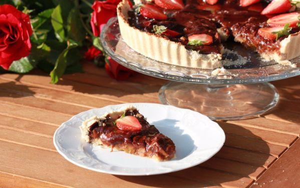 Čokoládový vegan koláč s rebarborou a slivkami (ringlotami ...