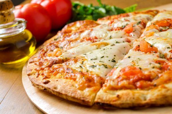Pizza s paradajkou a mozzarellou |