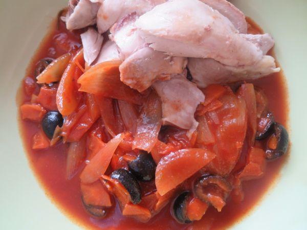 Mrkvovo-paradajková omáčka s čiernymi olivami ...