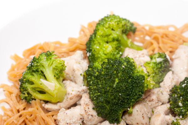 Kurací šalát s brokolicou a arašidovým dressingom |