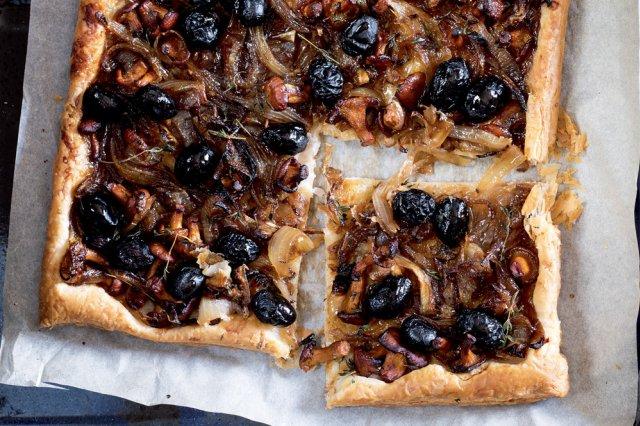 Pissaladière s liškami a černými olivami