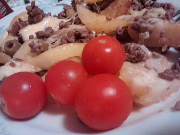 Zapekané zemiaky s mletým masom, syrom a olivami |