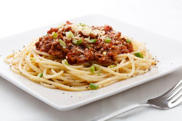 Pikantný bravčový guláš so špagetami |