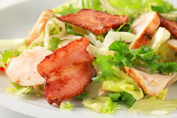 Šalát s kuracím mäsom a slaninou |