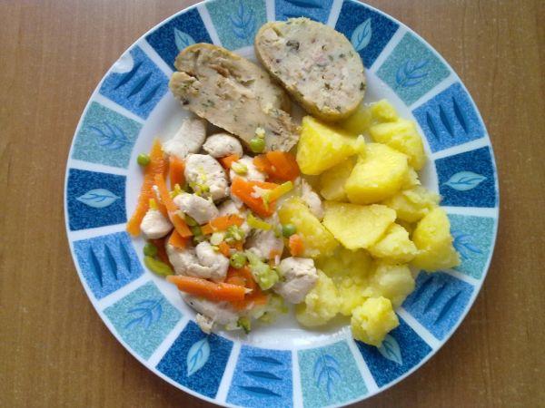 Kuracie na mrkve a hrášku s hubovou plnkou a zemiakmi ...