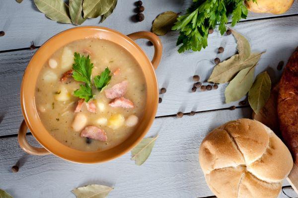 Kyslá fazuľová polievka s údeným mäsom |