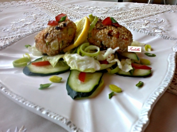 Lososové fašírky so sezamom na jarnom šaláte (fotorecept)  Recept