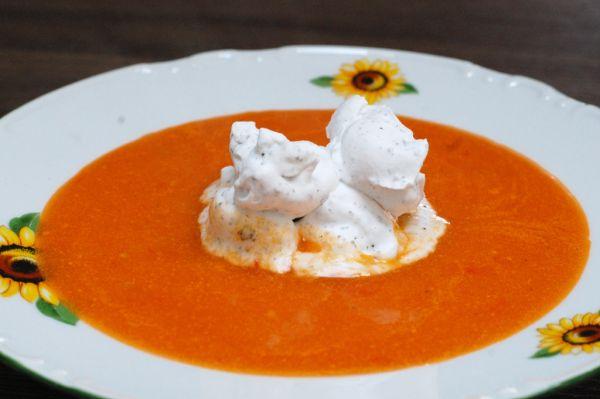 Rajčinová polievka s bazalkovou smotanou |