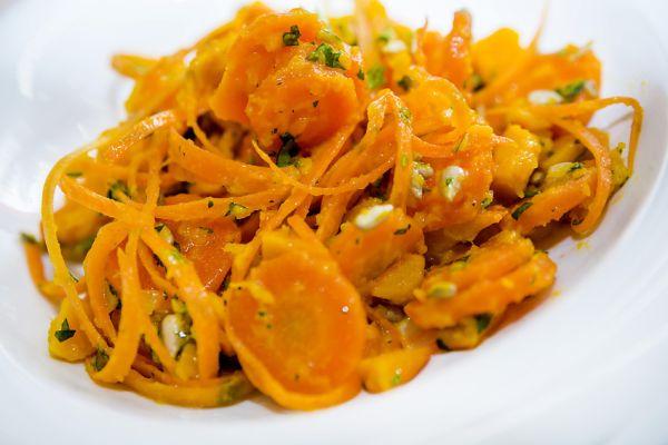 Teplý mrkvový šalát s hokkaido a koriandrom |