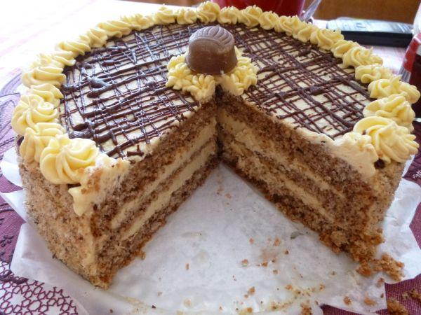 Orechová torta s karamelovo-kávovou náplňou |