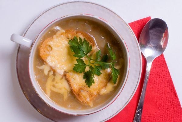 Cesnaková polievka s krutónmi a syrom |