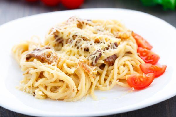Špagety so slaninou a syrom |