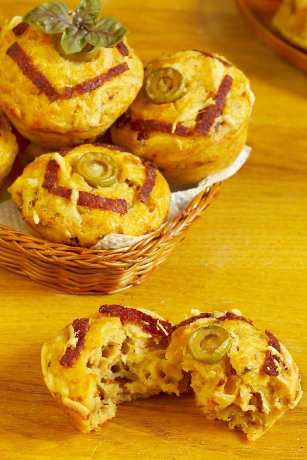 Muffiny so syrom, suchou salámou a olivami |