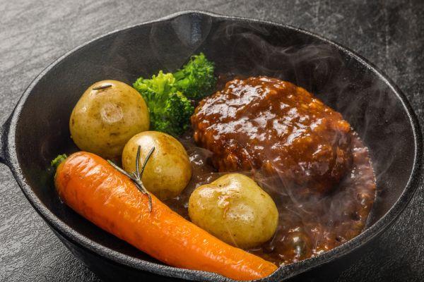 Steak z mletého hovädzieho mäsa s cibuľovou omáčkou |