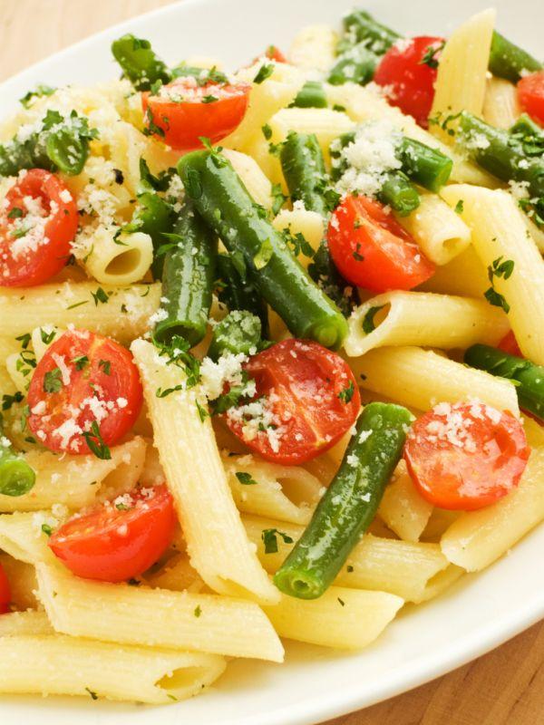 Penne so zelenými fazuľkami a paradajkami  