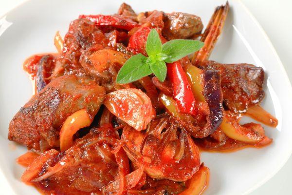 Bravčová pečeň s cibuľkou a paradajkami |