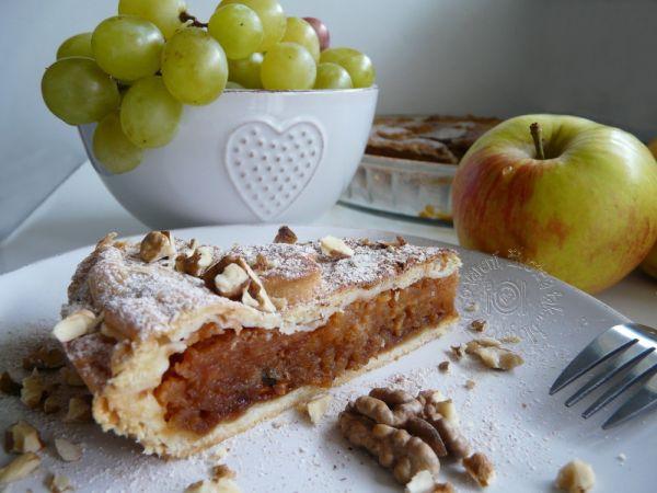 Jablkový koláč s karamelom a orechmi |