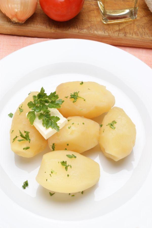 Zemiaky s maslom a petržlenovou vňaťou |