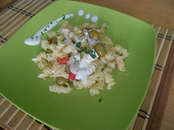 Cestovinový šalát s olivami a balkánskym syrom |