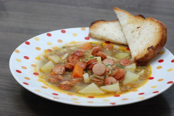 Šošovicová polievka s restovaným párkom |