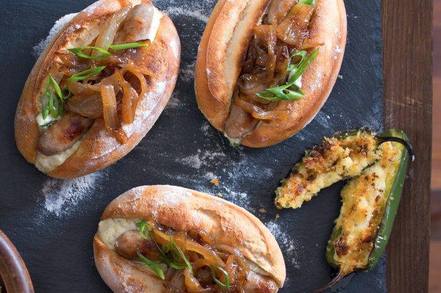 Hot dog s pivní cibulkou