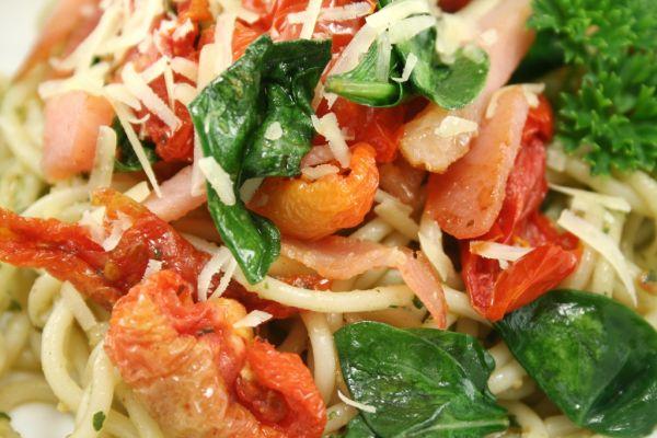 Špagety so slaninou a s paradajkami |