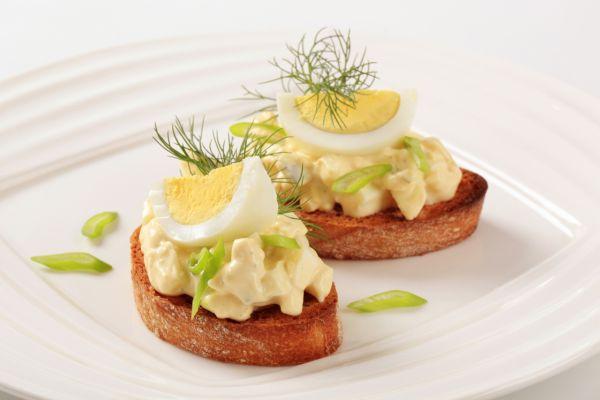 Hrianky s vaječným syrovým šalátom |