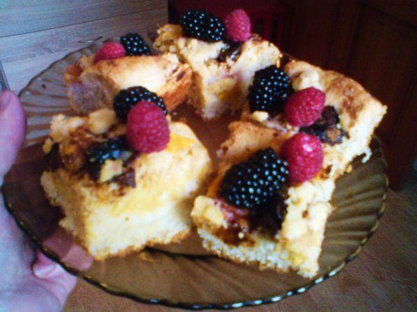 Rýchly kysnutý koláč s drobným bobuľovým ovocím |