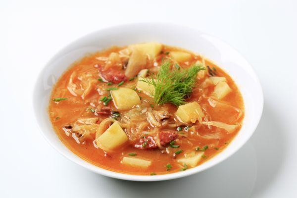 Kapustová polievka s údeným mäsom a smotanou |