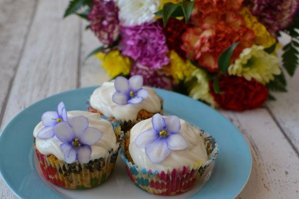 Bezlepkové jarné cupcakes s fialkami |