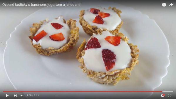 Videorecept: Ovsené taštičky s banánom, jogurtom a jahodami ...