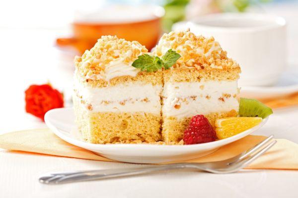 Torta s orieškami plnená šľahačkou |