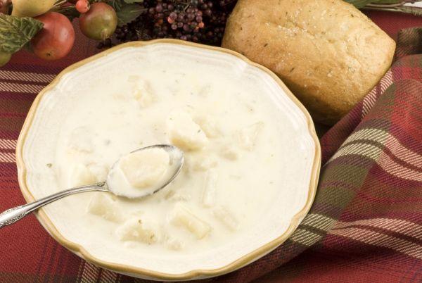 Kyslá zemiaková polievka s kyslým mliekom  