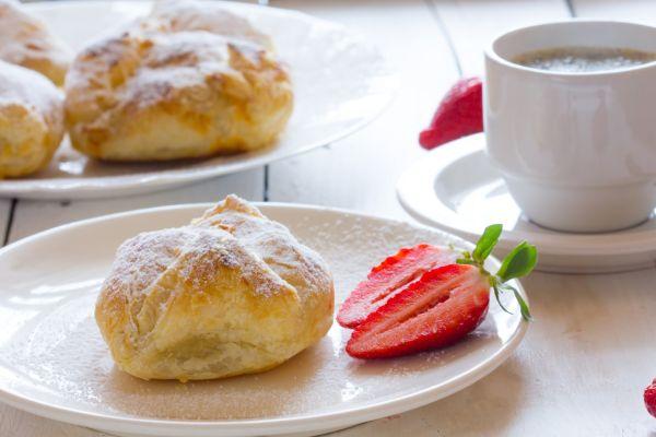 Tvarohovo-jahodové koláčiky z lístkového cesta |