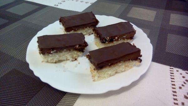 Kokosové rezy s čokoládou a tvarohom |