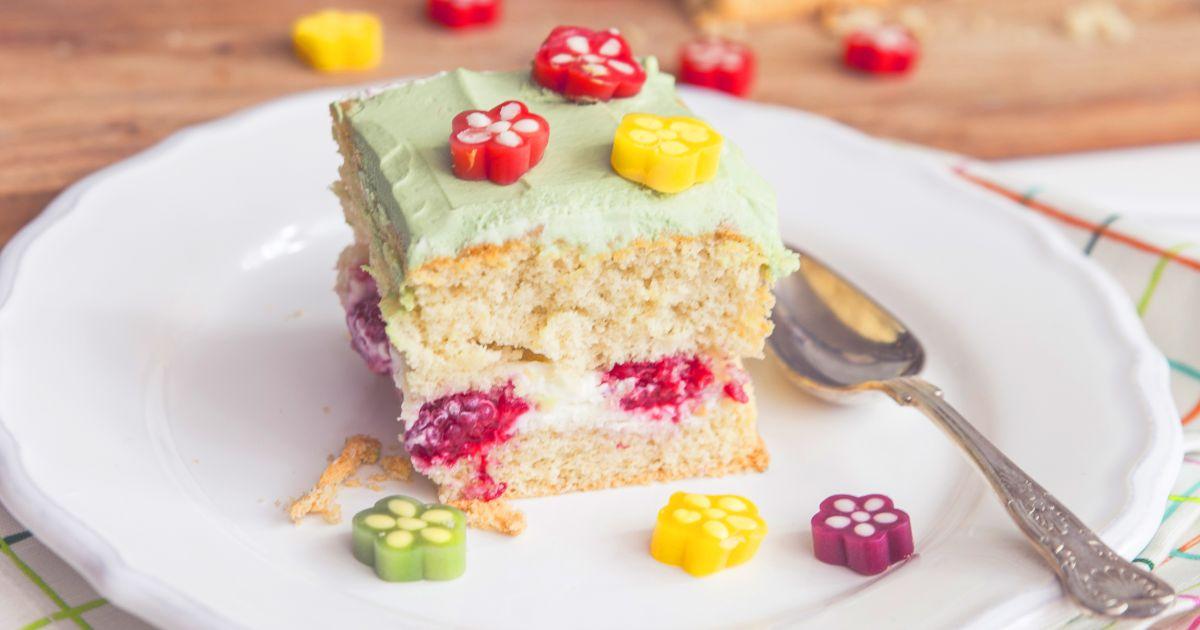 Rozkvitnutá piškótová torta s tvarohovým krémom a malinami