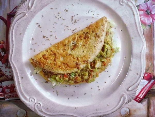 Omeleta s guacamole a ľadovým šalátom |