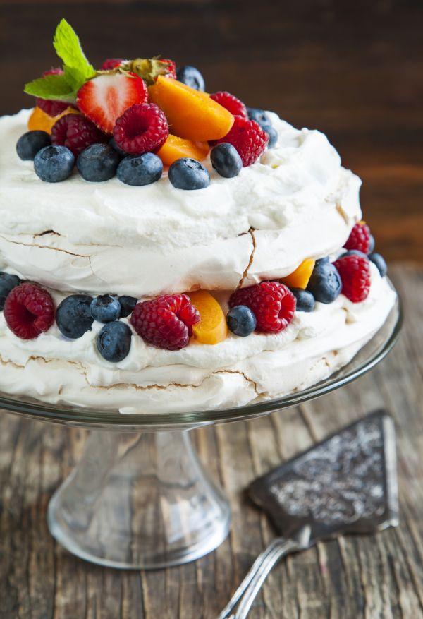 Pavlova torta s lahodným krémom a ovocím |