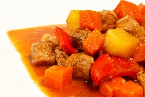 Kocky bravčového mäsa s paprikou |