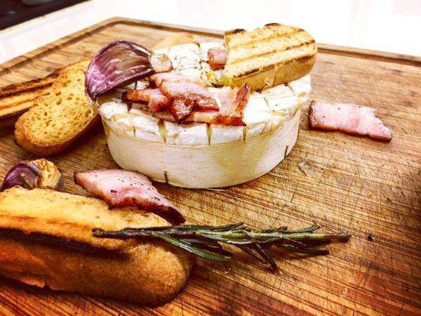Videorecept: Camembert so slaninkou a medom na francúzsky spôsob
