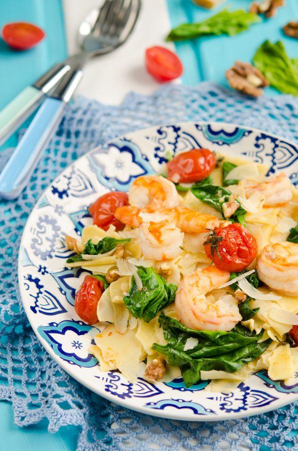 Cestoviny so špenátom, krevetami, paradajkami a syrom ...